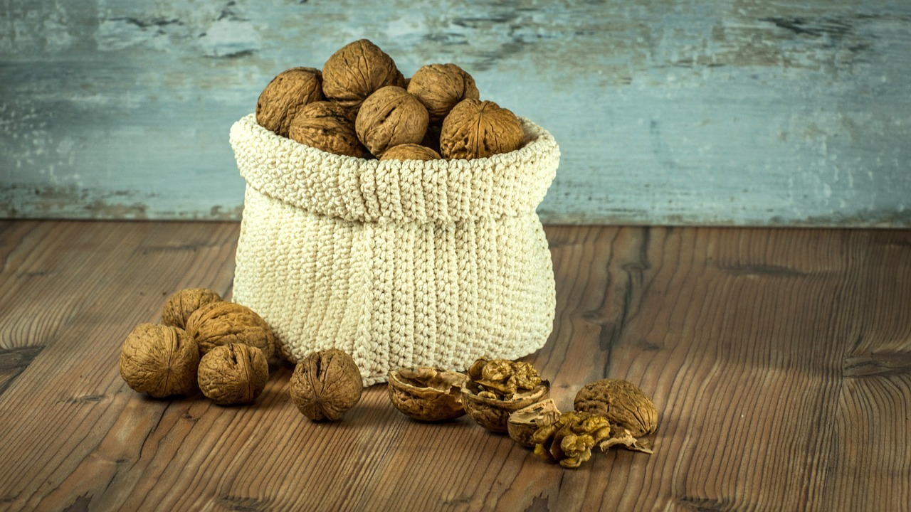 nuts-1213036_1280